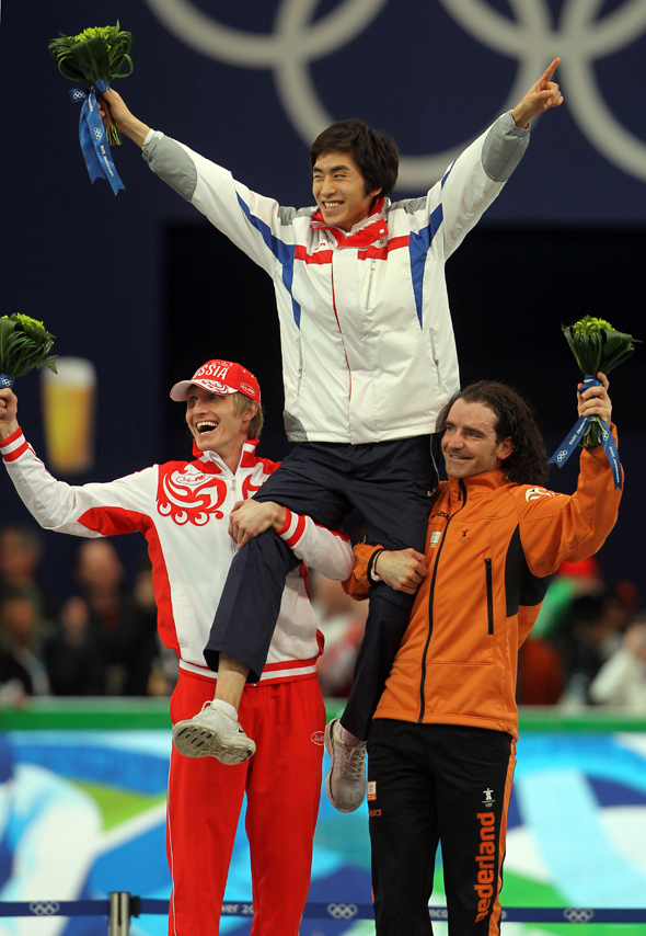 After winning bronze in the 10,000m speed skating finals at the 2010 Vancouver Olympics, the Netherlands' Bob De Jong (right) and silver medalist Ivan Skobrev (left) famously hoisted the South Korean champion Lee Seung-hoon on the podium. (Yonhap)