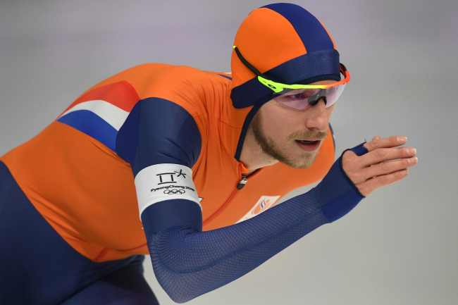 Netherlands' Jan Blokhuijsen competes during the men's 5,000m speed skating event at the Gangneung Oval in Gangneung, Gangwon Province, earlier this month. He`s been criticized for his remarks on Koreans` pratice of consuming dog meat. (Yonhap)