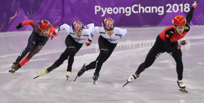 Short track speedskaters, China's Wu Dajing (from right), Korea's Hwang Dae-heon, Lim Hyo-jun and Canada's Samuel Girard put on a spurt in the final of the men's 500 meters at the Pyeongchang Olympics. (Yonhap)