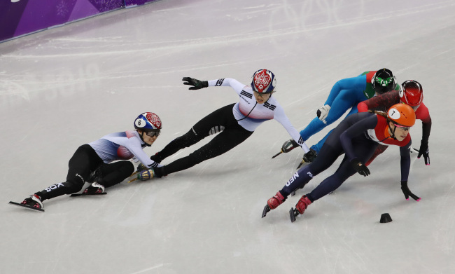 Korean short track speedskaters, Shim Suk-hee (right) and Choi Min-jeong (second from right), bumped each other and fell together in the race of the women's 1,000 meters at the Pyeongchang Olympics. (Yonhap)
