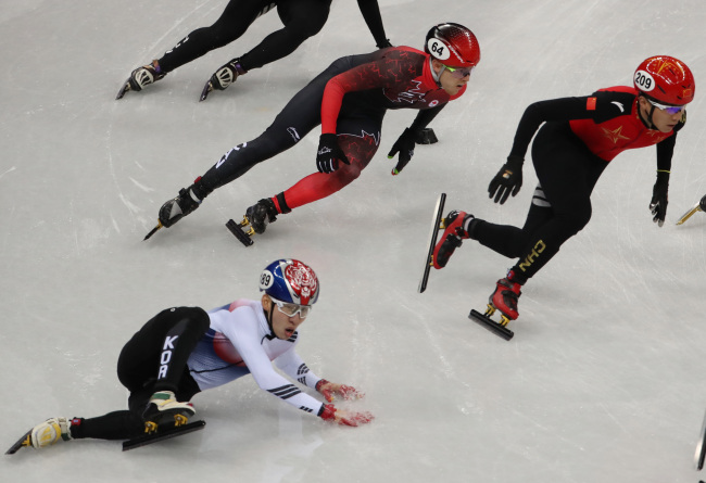 Korean short track speedskater Lim Hyo-jun lost his balance and fell without contact in the race of the men's 5,000 meters at the Pyeongchang Olympics. (Yonhap)