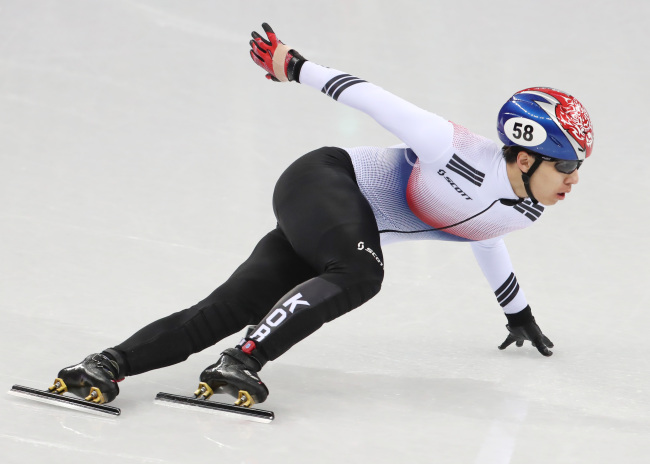 Korean short track speedskater Hwang Dae-heon competes in the final of the men's 500 meters at the PyeongChang Olympics. (Yonhap)