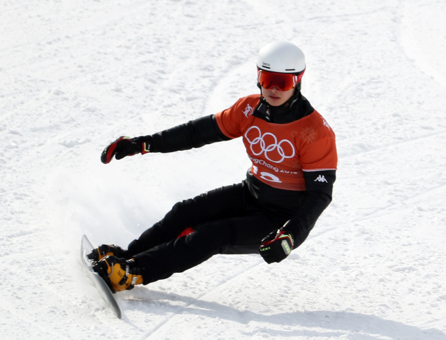 Korean snowboarder Lee Sang-ho practices for the upcoming men`s parallel giant slalom qualifier event at Phoenix Snow Park on Tuesday. (Yonhap)