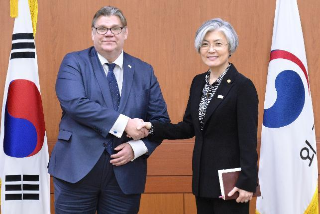 South Korean Minister of Foreign Affairs Kang Kyung-wha and Finnish Foreign Minister Timo Soini shake hands in Seoul on Thursday. Yonhap