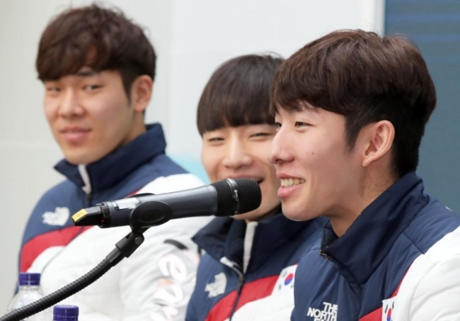 South Korean male short track speed skaters hold a press conference at Team Korea House inside Gangneung Olympic Park in Gangneung, Gangwon Province, on Feb. 23, 2018. From left: Kim Do-kyoum, Seo Yi-ra and Lim Hyo-jun (Yonhap)