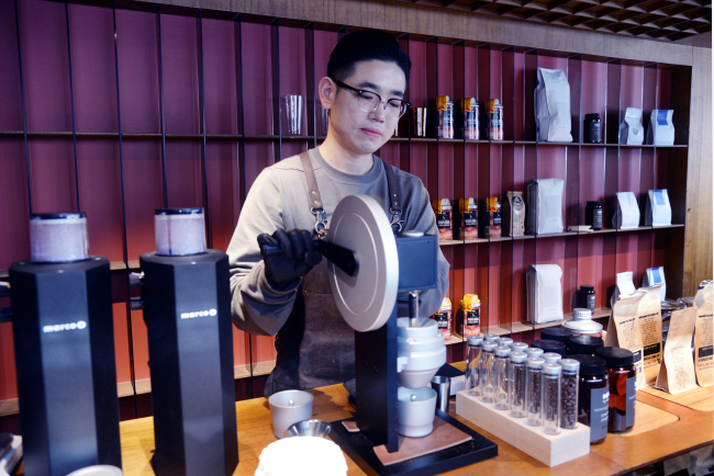 Conflict Store owner-barista Park Jin-hoon alternates between grinding machines and the hand grinder pictured here. (Photo credit: Park Hyun-koo/The Korea Herald)