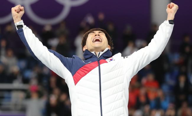 Lee Seung-hoon reacts after winning the gold in the men's mass start skating on Saturday. (Yonhap)