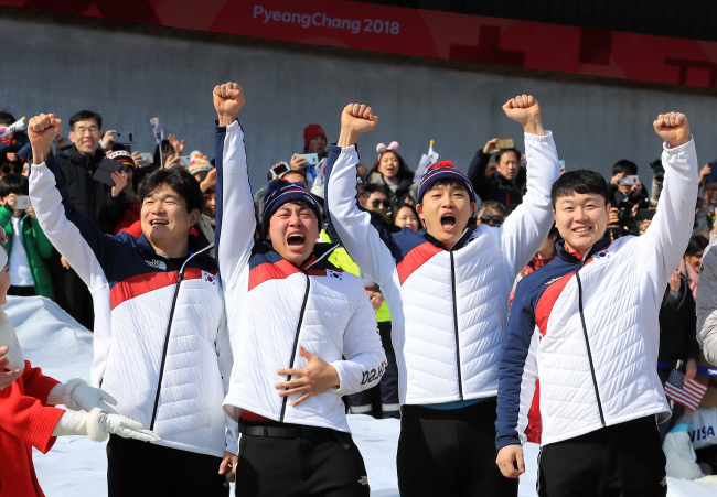 Won Yun-jong (far left) and Seo Young-woo (second from left) (Yonhap)