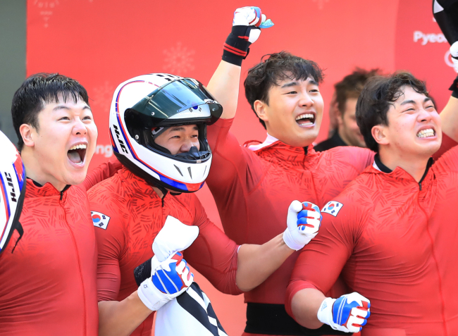 Another case of the underdogs making it to the top -- South Korea`s 4-man bobsleigh team landed a silver, for the first time for the country. (Yonhap)