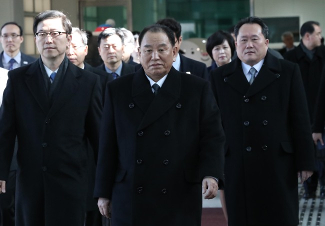 Greeted by South Korea's Vice Unification Minister Chun Hae-sung (left), North Korea's ruling Workers' Party's Vice Chairman Kim Yong-chol (center) on Sunday crossed the border to South Korea along with Ri Son-gwon (right), chairman of the Committee for Peaceful Reunification. Yonhap