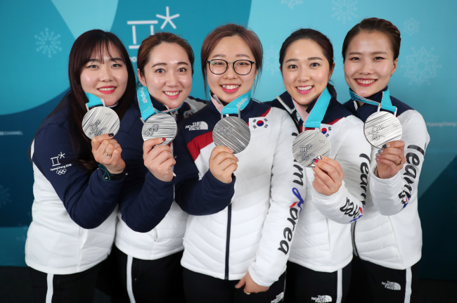 South Korea`s women`s curling team holds up their silver medals on Sunday (Yonhap)
