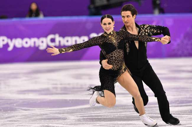 Canadian figure skating pair of Tessa Virtue and Scott Moir won the ice dance and team event. (Yonhap)