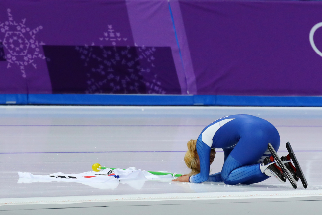 South Korean speedskater Kim Bo-reum bows to the crowd after winning silver in the mass start event at the PyeongChang Games on Saturday. (Yonhap)