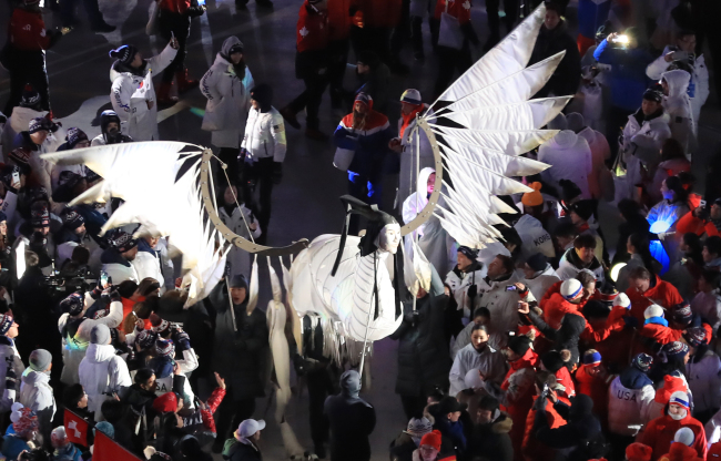The human-faced bird Inmyeonjo stages a performance at the PyeongChang Olympics closing ceremony at PyeongChang, Gangwon Province, Sunday. (Yonhap)