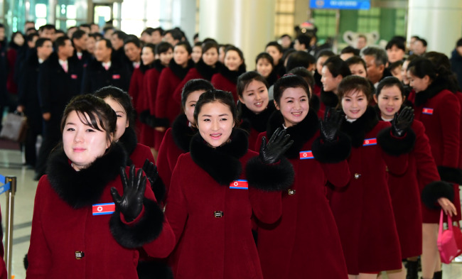 Nearly 300 North Koreans, including 22 athletes and 229 cheerleaders, crossed the inter-Korean border to return home on Monday after leaving a checkpoint in Paju, just south of the border. (Yonhap)