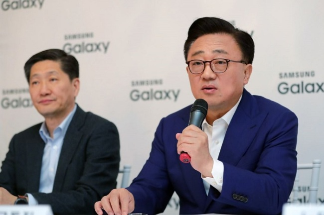 Koh Dong-jin, right, head of Samsung Electronics Co.`s IT & Mobile Communications Division, speaks to reporters during a press conference in Barcelona, Spain, on Feb. 27. (Yonhap)