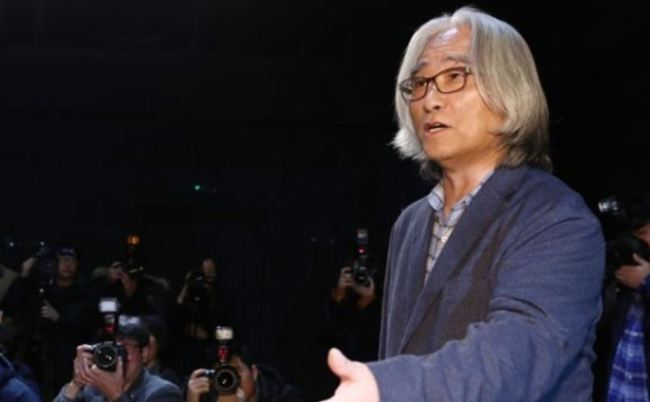 Lee Youn-taek, a prominent playwright and director, speaks during a news conference in Seoul on Feb. 19 to apologize for his sexual abuse (Yonhap)