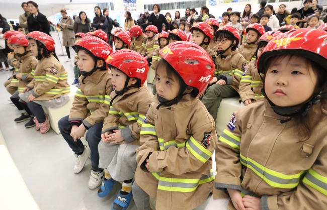 Young children attend their earthquake preparedness training at Dongdaemun Design Plaza in Seoul on Feb. 22. (Yonhap)