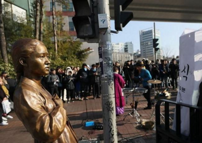 """A """"comfort women"""" statue is left standing in front of Hongik University in Mapo, Seoul on Thursday after its installation was blocked by protests from the school and students. (Yonhap)"""