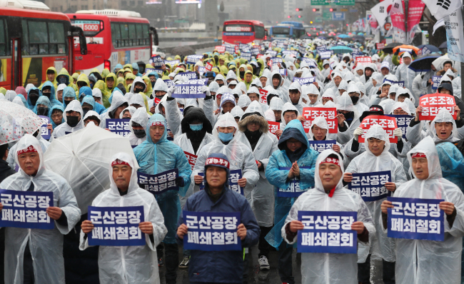 GM Korea's labor union protest against GM's decision to shut down the Gunsan plant last week in central Seoul. (Yonhap)