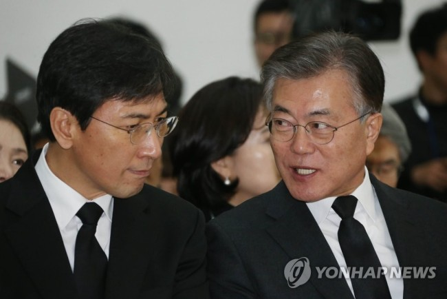 Gov. An Hee-jung (left) and President Moon Jae-in (Yonhap)