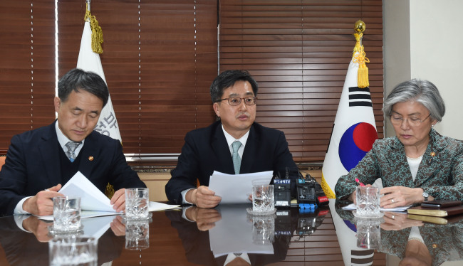 Deputy Prime Minister and Finance Minister Kim Dong-yeon (center) on Monday chairs a meeting of economy-related ministers regarding the US administration's tariff plan on steel imports. (Ministry of Strategy and Finance)