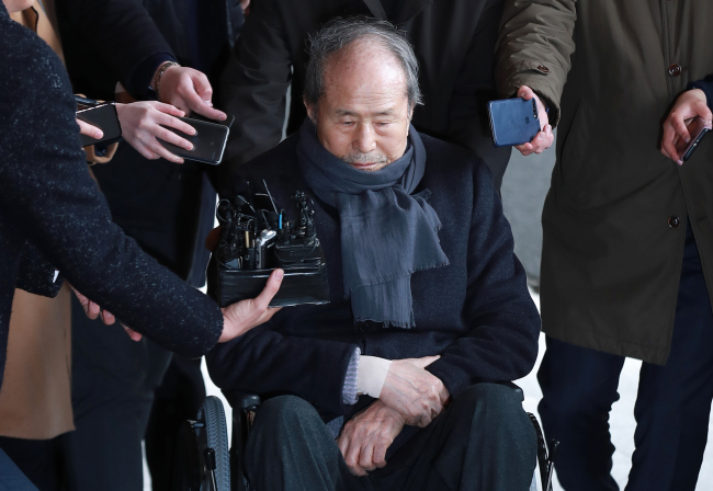Lee Sang-deuk, brother of former President Lee Myung-bak, appears on a wheelchair at the Seoul Central District Prosecutors` Office on Wednesday. (Yonhap)