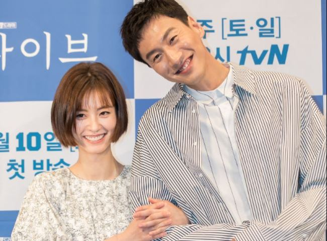 Jung Yu-mi (left) and Lee Kwang-soo pose for photos at a media briefing Tuesday at Imperial Palace Hotel in Seoul. (tvN)