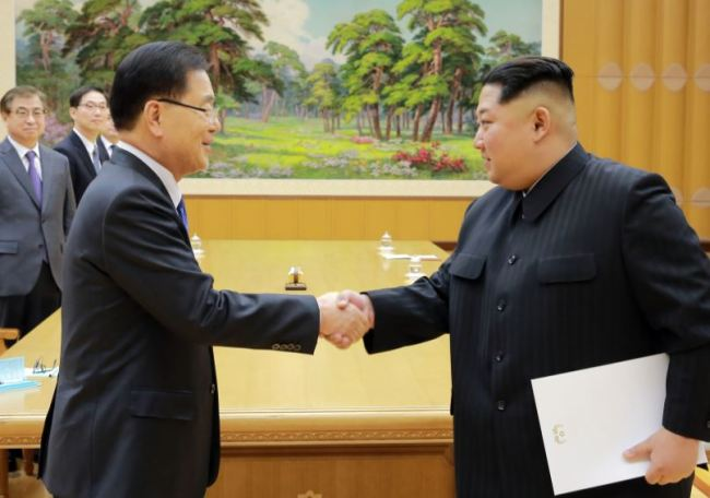 Chung Ei-yong shakes hands with North Korean leader Kim Jong-un in Pyongyang on Monday, March 5. (Yonhap)