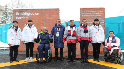 Korean Minister of Culture, Sports and Tourism Do Jong-hwan (third from right), International Paralympic Committee President Andrew Parsons (fourth from left), PyeongChang 2018 President and CEO Lee Hee-bom and attendees take a picture in front of the Paralympic Mural on Thursday.