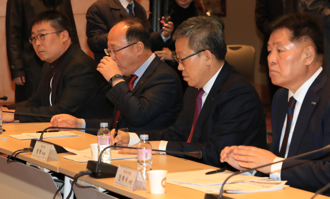 Heads of South Korea's steel companies attended a joint meeting with government representatives headed by Trade Minister Paik Un-gyu on Friday in Seoul. (Yonhap)