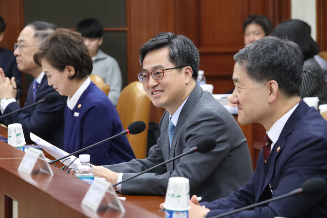 Finance Minister Kim Dong-yeon (2nd from right) speaks at an economy-related ministerial meeting in Seoul on Monday. Kim said South Korea will decide within the first half of this year whether to join the Japan-led Comprehensive and Progressive Agreement for Trans-Pacific Partnership (CPTPP). (Yonhap)