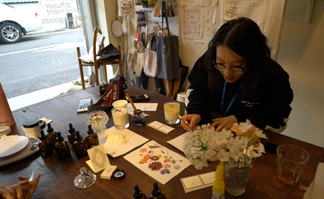 The Korea Herald's intern reporter Sylvia Lee takes part in a one-day candle-making class at Yvonne Morgun on Feb. 22. (Rumy Doo/The Korea Herald)