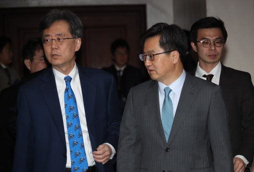 Deputy Prime Minister and Finance Minister Kim Dong-yeon (right) and Trade Minister Kim Hyun-chong on Monday attend the meeting of economy-related ministers at Seoul Government Complex. (Yonhap)