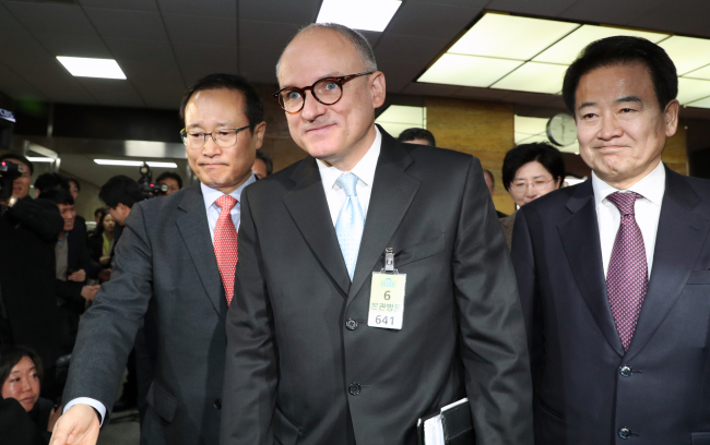 GM International President Barry Engle (center)attended a meeting with politicians on Feb. 20 at the National Assembly during his previous visit. (Yonhap)
