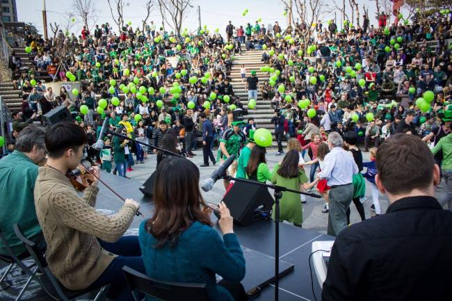 People dance to a traditional band at last year's Irish Association of Korea St. Patrick's Day Festival in Sindorim, Seoul. (IAK)