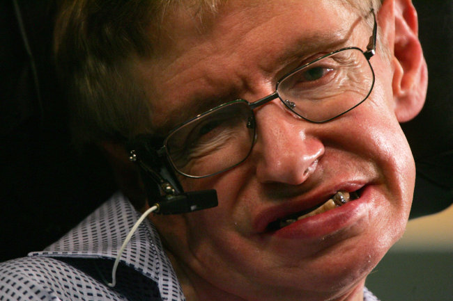 FILE PHOTO: Stephen Hawking, one of the world's leading theoretical physicist, attends a news conference at the Hong Kong University of Science and Technology during his six-day visit to Hong Kong June 13, 2006. (Reuters-Yonhap)