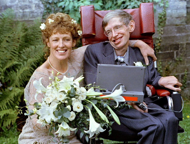 FILE PHOTO: Stephen Hawking and his new bride Elaine Mason pose for pictures after the blessing of their wedding at St. Barnabus Church September 16, 1995. (Reuters-Yonhap)