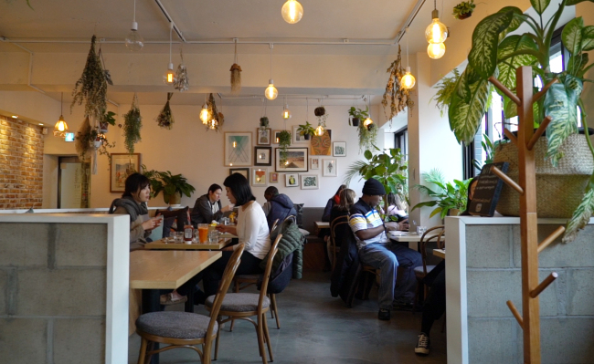Diners enjoy an early dinner at Plant on Feb. 22. (Rumy Doo/The Korea Herald)