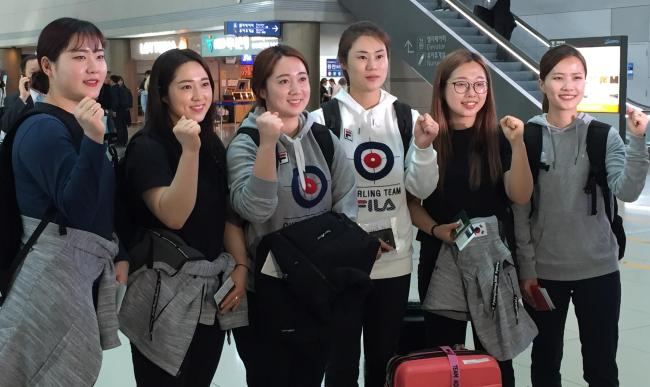 Members of the South Korean women`s curling team pose for pictures before leaving Incheon International Airport on March 14, 2018, for North Bay, Canada, where they will compete at the World Women`s Curling Championship. From left: Kim Cho-hi, Kim Kyeong-ae, Kim Yeong-mi, head coach Kim Min-jung, Kim Seon-yeong and skip Kim Eun-jung. (Yonhap)