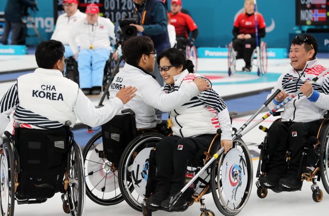 South Korean wheelchair curlers celebrate after they beat Britain 5-4 in a round-robin match at the PyeongChang Winter Paralympics at Gangneung Curling Centre in Gangneung, Gangwon Province on Thursday. (Yonhap)