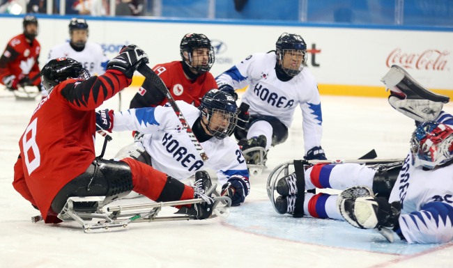 South Korean ice sledge hockey players compete in the PyeongChang Winter Paralympics ice hockey semifinals match against Canada at Gangneung Hockey Centre in Gangwon Province on Thursday. (Yonhap)