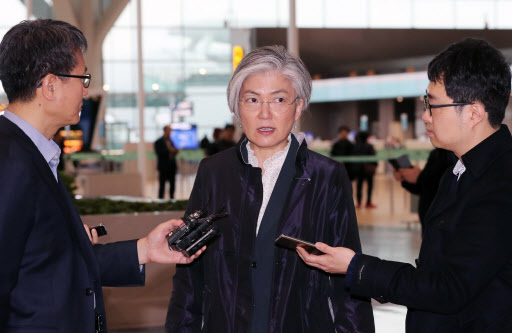 Foreign Minister Kang Kyung-wha speaks to reporters at Incheon Airport before leaving for the US. (Yonhap)