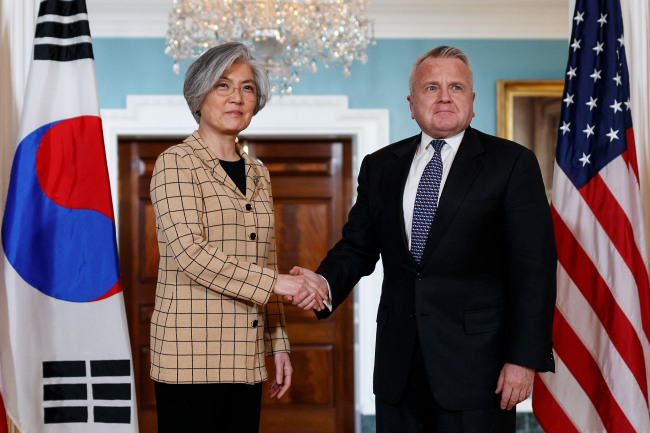US Deputy Secretary of State John Sullivan (right) shakes hands with visiting Foreign Minister of the Republic of Korea Kang Kyung-wha during their meeting at the US Department of State in Washington D.C., the United States, on March 16, 2018. (Xinhua-Yonhap)
