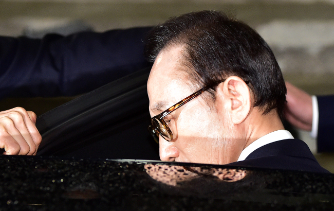 Former President Lee Myung-bak leaves the Seoul Central District Prosecutors' Office late night on Wednesday after he was questioned by prosecutors on charges of bribery, embezzlement and tax evasion. Yonhap