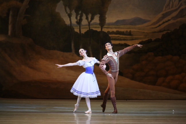 The Mariinsky Theater's Kim Ki-min and Yekaterina Osmolkina (Universal Ballet Company)