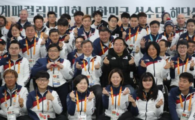 South Korean Paralympic athletes, coaches and officials pose for a group photo during a ceremony to mark the end of South Korea`s PyeongChang Paralympic campaign at PyeongChang Athletes` Village in PyeongChang, Gangwon Province, on March 19. (Yonhap)