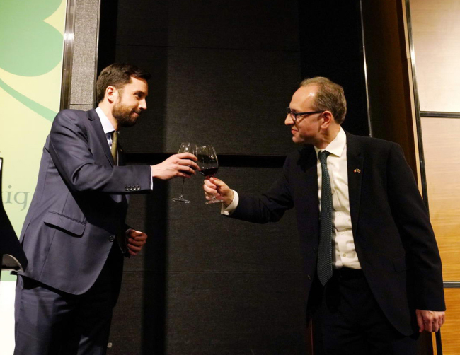Eoghan Murphy (left), Irish minister for housing, planning and local government, clinks glasses with Julian Clare, Irish ambassador to South Korea, at a reception in Seoul on March 13. (Irish Embassy)