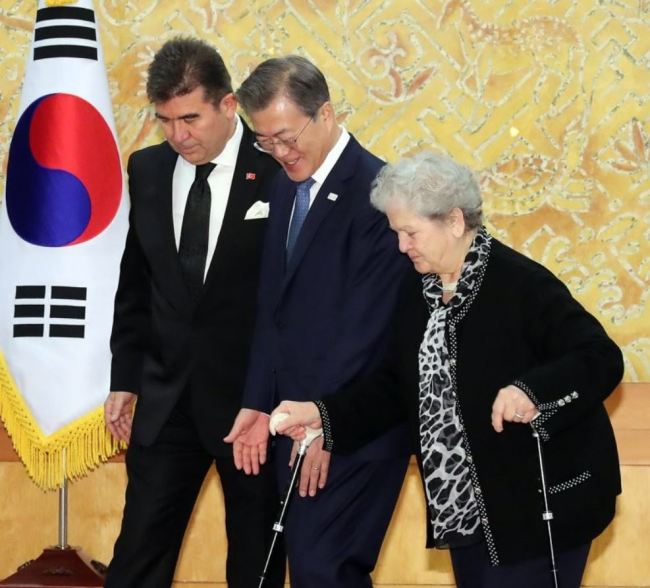 Turkish Ambassador to Korea Ersin Ercin (left) meets with Korean President Moon Jae-in at the swearing-in ceremony at Cheong Wa Dae on Jan. 31, where the envoy's mother (right) was welcomed by the president. (Yonhap)