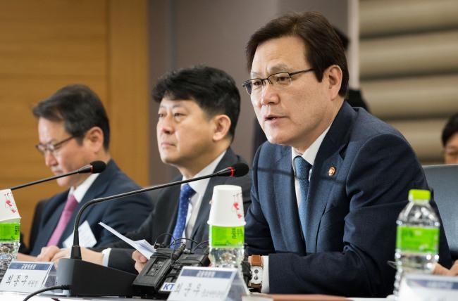 FSC Chairman Choi Jong-ku (right). (FSC)